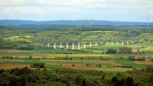 Blick vom Naturschutzgebiet Höhfeldplatte bei Thüngersheim auf die Bartelsgrabentalbrücke bei Zellingen im Lkr. Main-Spessart