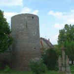 Oberer Turm am Ochsenfurter Tor mit Kreuzigungsgruppe am ehemaligen zweiten Friedhof