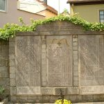Namen der Gefallenen der beiden Weltkriege am Pfarrhaus in Goßmannsdorf am Main
