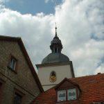 Turm der katholischen Pfarrkirche St. Johannes der Täufer in Goßmannsdorf am Main