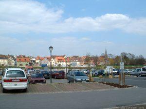 Parkplatz am Main in Marktbreit im April 2004