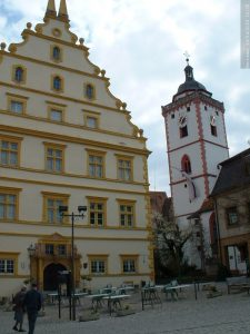 Seinheimsches Schloss und St. Nikolei-Kirche in Marktbreit im April 2004