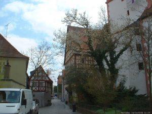 Pfarrgasse und St. Nikolei-Kirche in Marktbreit im April 2004