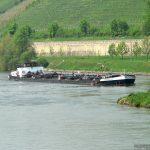 Schiff fährt flussaufwärts in die Schleuse Goßmannsdorf