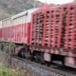 Güterzug am ehemaligen beschrankten Bahnübergang in Goßmannsdorf am Main