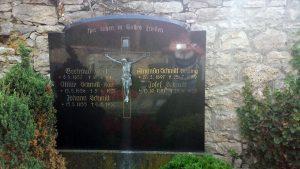 Grabstein der Familie Schmitt in Goßmannsdorf am Main