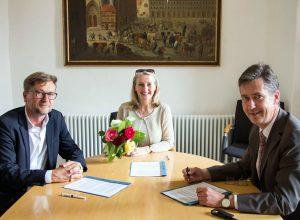 Nach der Vertragsunterzeichnung v.re. Oberbürgermeister Christian Schuchardt, Evelyn Meining, Intendantin des Mozartfestes, und Kulturreferent Achim Könneke.