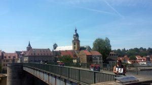 Alte Mainbrücke mit Marktturm und evangelischer Stadtkirche in Kitzingen