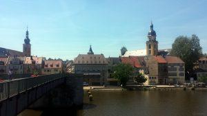 Von links: kath. Pfarrkirche St. Johannes, Marktturm und evangelische Stadtkirche in Kitzingen