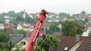 Schwerlastkran am 24. Juni 2021 in Eisingen im Einsatz
