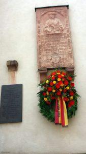 Grabstein und Gedenktafel der Grabstätte von Tilman Riemenschneider an der Nordseite des Kiliansdoms in Würzburg