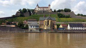 Der Main mit Festung Marienberg und der Kirche St. Burkard am 10. Juli 2021 in Würzburg