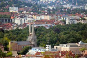 Blick vom Würzburger Schalksberg auf die Batman-Kirche St. Johannis und die ILS Würzburg