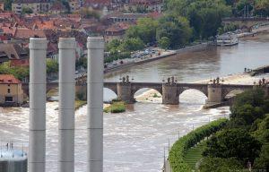 Blick vom Würzburger Stein auf den hochwasserführenden Main