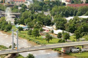 Blick vom Würzburger Stein auf den Kiliani-Sommergarten und die Brücke Deutscher Einheit