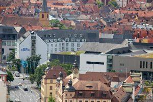 Blick vom Würzburger Stein auf das Hotel Maritim