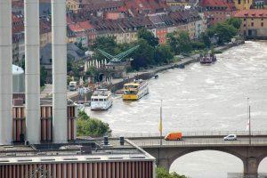 Blick vom Würzburger Stein auf den hochwasserführenden Main am Alten Kranen