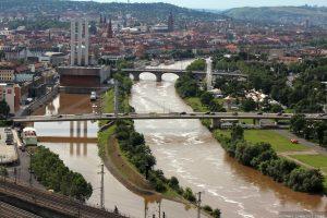 Blick vom Würzburger Stein auf den Alten Hafen und den hochwasserführenden Main
