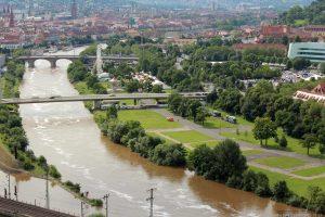 Blick vom Würzburger Stein auf die Stadt und den hochwasserführenden Main