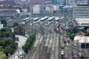 Blick vom Würzburger Stein auf die Gleisanlagen am Hauptbahnhof
