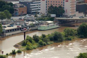 Blick vom Würzburger Stein auf das Boot (Discothek im Alten Hafen)