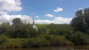 Blick von der MS Undine auf Stammheim mit dem begehbaren Bockbeutel
