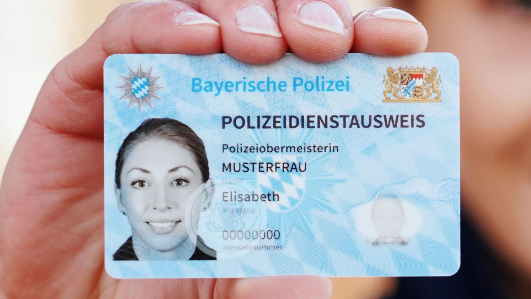 Neuer Dienstausweis bei der Bayerischen Polizei