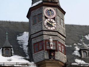 Lanzentürmchen mit Bürgermeisterkopf am Rathaus in Ochsenfurt am Main