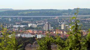 Stadtteil Sanderau in Würzburg mit Teilansicht der Autobahnbrücke der A3 und Abrissbagger am Bürgerspital-Hochhaus (Bildmitte)