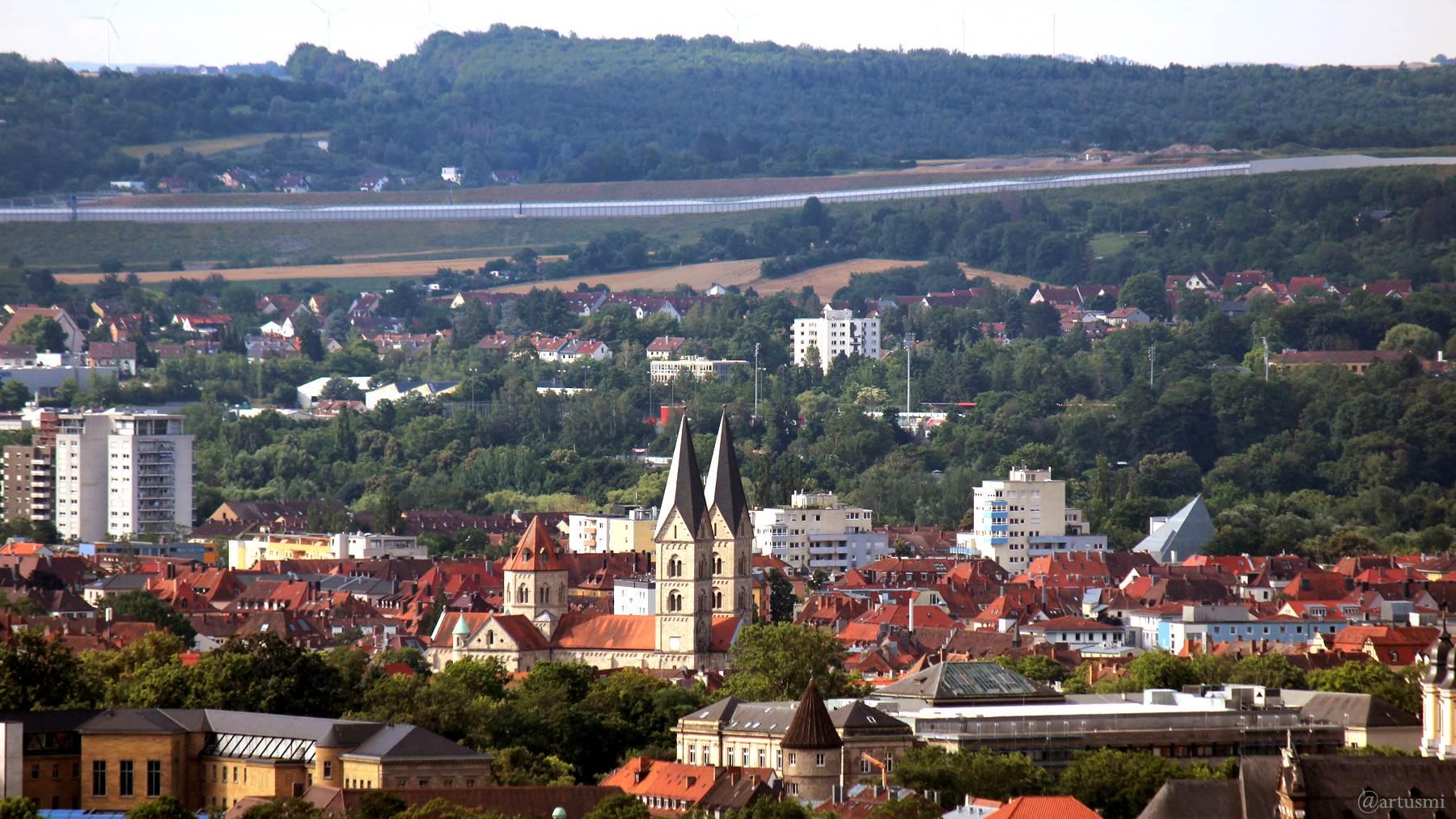 Blick vom Würzburger Schalksberg auf den Stadtteil Sanderau mit St. Adalbero und St. Andreas mit Pyramidendach