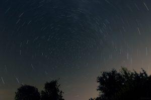 Strichspuraufnahme vom Himmelsnordpol am 12. August 2021 während der Beobachtung der Perseiden