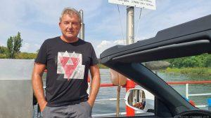 Artur Schmitt auf der Auf der Fähre bei Fahr am Main im Landkreis Kitzingen