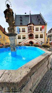 Rathaus und Brunnen am Marktplatz in Volkach
