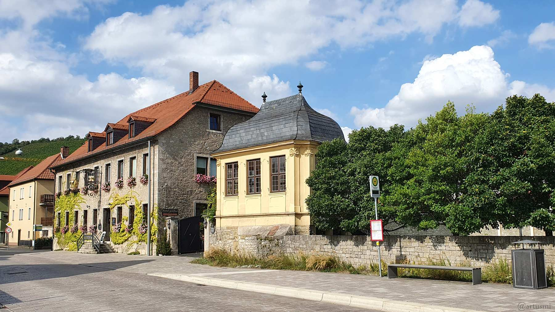 Gasthaus Krone und Balthasar Neumann Pavillon in der Würzburger Straße in Randersacker