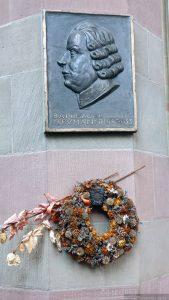 Gedenktafel für den 1753 in der Marienkapelle bestatteten Baumeister Balthasar Neumann