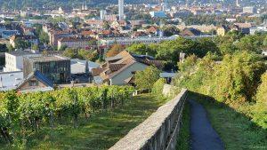 Rotkreuzsteige mit Blick auf das Weingut am Stein in Würzburg am 23. September 2021