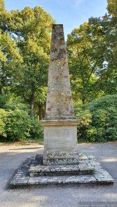 Obelisk im Schlosspark auf dem Schwanberg