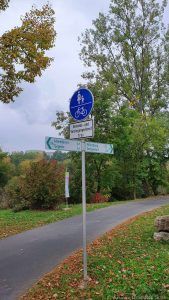 """Wegweiser am Parkplatz """"Dreschplatz"""" in Frickenhausen am Main"""