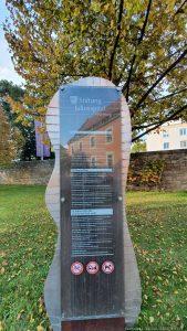 Infotafel am Zugang zur Parkanlage am Juliusspital in Würzburg